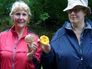 Diese beiden Damen waren über ihren Fund sehr glücklich. Ein schöner steinpilz und ein fast genau so großer Pfifferling. 04. September 2010.ck mi