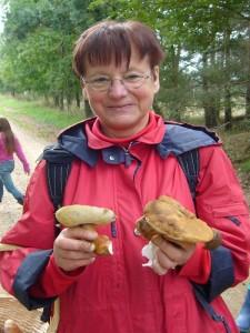 Einen nicht alltäglichen Fund tätigte hier Erika Wittenhagen. Der Hasen - Röhrling ist schon etwas besonderes und darf auch verspeist werden.