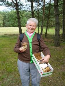 Und auch unsrere Stammwanderin Helga Köster hatte heute das Glück einige sehr schöne Stein- und Birkenpilze zu finden. Die Mahlzeit wird mit ihrer Flurnachbarin geteilt.