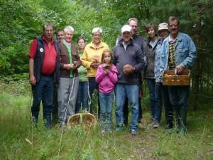 Leider waren zum Abschlußbild nicht mehr alle 25 Teilnehmer anwesend, so dass stellvertreten für alle die verbliebenen zu diesem Fototermin Stellung bezogen. 04. September 2010 im Wald bei Demen.