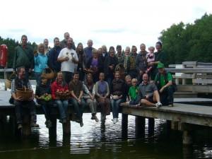 Abschlußfoto auf der erneuerten Steganlage des Roten Sees. Insgesamt dürften es heute an die 40 Pilzfreunde gewesen sein, von denen hier schon eingige abgereist waren. 05. September 2010.