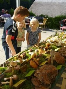 Auch diese Kinder interessierten sich schon für Pilze. 05. September 2010.