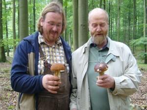 Diese beiden Herrn freuen sich über ihre so ebend gefundenen Herrenpilze. Der linke Herr mit einem Sommersteinpilz und der rechte Herr mit dem Echten Steinpilz. Beide standen nur wenige Meter von einander enternt. 12.09.2010 im Hohen Holz.