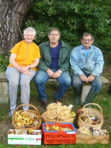 Helga Köster, Peter Kofahl und Hans - Jürgen Wisch von den Pilzfreinden aus Wismar mit den gefüllten Körben.