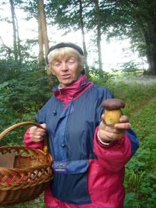 Bärbel Wirt aus Gallentin zeigte mir freidestrahlend ihren ersten Steinpilz, den ich leider, der Richtigkeit wegen, in Maronen - Röhrling umbennen mußte. Im Züsower Forst am 18.09.2010.