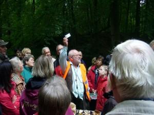 Bevor es in den Wald ging, versuchte Pilzberater Harry Käding den Teilnehmern die Angst vor Zecken zu nehmen und gab vorbeugende Hinweise.