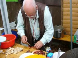 Pilzberater Harry Käding aus Güstrow bei der Zubereitung des Leberpilzes. Eine herbsäuerliche, etwas gewöhnungsbedürftige Delikatesse!