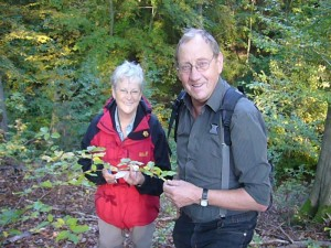 Margitta Schönfeld und Klaus Warning freuen sich nicht nur des schönen Wetters wegen, sondern haben wohl eine weitere schöne Art für Kartei entdeckt. 09.10.2010 im Radebachtal bei Blankenberg.