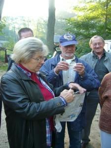 Die Rostocker Pilzberaterin Ria Bütow mit ihrem Mann im Hintergrund, dem noch eine weiße Amanita - Art kopfzerbrechen bereitete.10.10.2010.