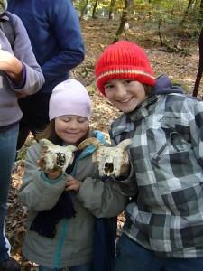 Was man im Wald nicht alles entdecken kann! Für die Kinder natürlich ganz besonders aufregend die Schädel, wie es aussieht von irgend welchen Ziegen. 13.10.2010.