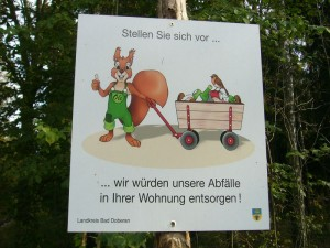 Am Wegesrand begrüßte uns zunächst dieses originelle Schild mit der Botschaft den Wald Sauber zu halten.