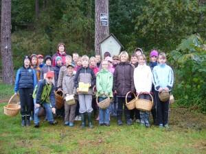 Nach einer kleinen Einführung und Gruppenfoto am Waldrand stürzten sich bdann alle in das Abenteuer Pilzesuchen und finden. 15.10.2010.