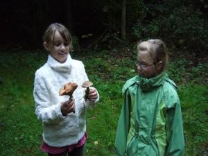 Die beiden Mädchen freuen sich über Hallimasch und Rotfüßchen, die beide essbar sind.