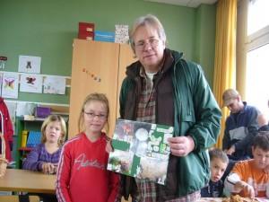 Zum Schluß übereichte mir dieses Mädchen eine originell gestalltete Schautafel zum Thema Pilze und bedankte sich im Namen aller Schüler für die schöne Pilzwanderung durch den Neuburger Wald.