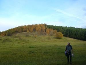 Ein wunderschönes, herbstliches Landschaftspanorama mit goldener Oktoberstimmung. Im Vordergrund rechts, Klaus Warning, auf der Suche nach Wiesenpilzen. 30.10.2010.