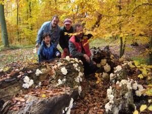 Da staunen Hans - Jürgen, Helga, Erika und Thomas von den wismarer Pilzfreunden nicht schlecht. 30.10.2010.