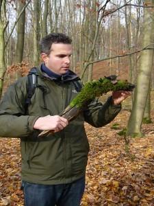 Pilzfreund Armin Büttner fand diesen bemoosten Holzknüppel mit eigenartig schwarzen, keulenförmigen gebilden.