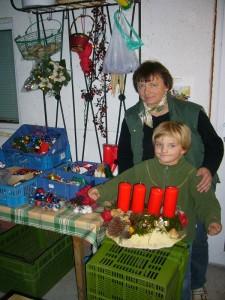 Das erste Gesteck ift fertig! Eine Kerze muß noch etwas gerichtet werden, aber ansonsten sieht es doch schon gut aus, meinen unsere beiden Bastler Irena und Jonas.