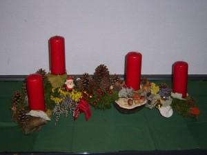 Gut 80,00 cm langes Gesteck aus Astgabel mit Rotrandigem Baumschwamm und roten Kerzen zu 25,00 €. - Verkauft.