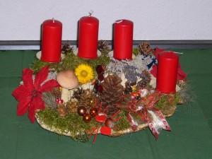 Das gleiche Gesteck nochmal mit roten Kerzen. 25,00 €.