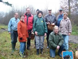 """Das obligatorische Abschlußfoto zählt 9 Pilzfreunde, die mit dieser Exkursion das Pilzjahr 2010 ausklingen ließen. Ich hoffe, das wir uns alle im nächsten Frühjahr Gesund und muter wieder sehen, wenn es wieder heißt: """"Auf in die Pilze!"""" 21.11.2010 im Wald bei Dalliendorf."""