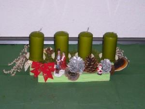Gut 40,00 cm langes, in grün gehaltenes 4er Gesteck mit Zapfen und Rotrandigen Baumschwamm für 12,50 €.