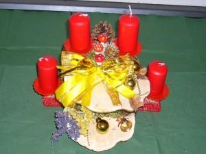 Kleineres 4er Gesteck mir roten Kerzen auf doppeltem Rotrandigen Baumschwamm zu 12,50 € - Verkauft.