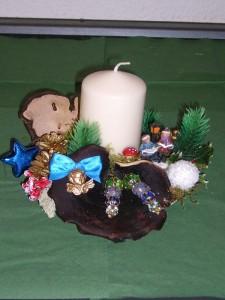 Kleineres 1er Gesteck mit Echten Porlingen, weißer Kerze und Weihnachtsekoration zu 5,00 € - Verkauft.
