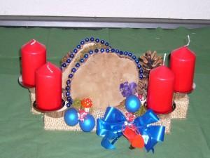 Ca 30,00 cm langes 4er Gesteck mit roten Kerzen, blauer Dekoration und Porling für 12,00 € - Verkauft.