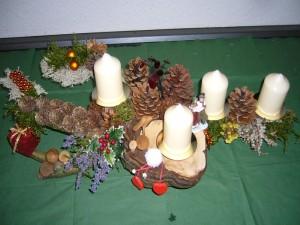 4er Gesteck mit weißen Kerzen auf Astgabel mit reichlich Zapfen dekoriert. Ca 50,00 cm Länge für 15,00 € - Verkauft.