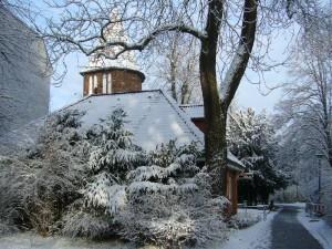 """Ein romantisches Winterbild aus der Parkanlage """"Lindengarten in Wismar. Im Hintergrund der mittelalterliche Pulverturm der Hansestadt. 27.11.2010."""