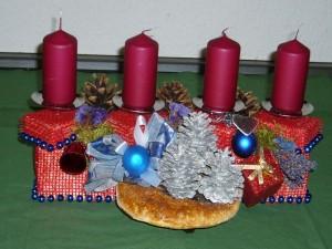 Geschmackvoll, festliches Gesteck mit 4 weinroten Kerzen und Rotrandigen Baumschwamm mit ca. 40,00 cm Länge zu 20,00 €.
