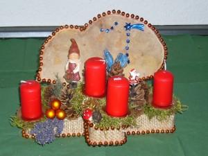 Mittelgroßes 4er Gesteck mit roten Kerzen und Echtem Zunderschwamm zu 15,00 €.