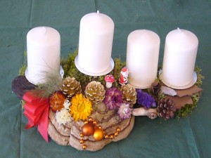 etwa 40,00 cm langes 4er Gesteck mit weißen Kerzen und Echtem Zunderschwamm für 12,50.