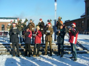 Neben vielen Kindern und ihren Eltern begrüßte die Wendorfer Blasmusik den Hohen Gast aus dem Norden mit weihnachtlichen Weisen.