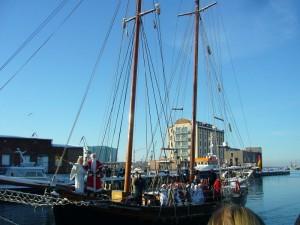 Ankunft des Weihnachtsmannes mit seinem Gefolge am frühen Nachmittag bei winterlichem Kaiserwetter im wismarer Hafen. 27.11.2010.