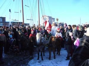 Mit einer ponny - Kutsche fuhr der Weihnachtsmann und seine Weihnachtsengel gefolgt von allen Schaulustigen zum wismarer Marktplatz, wo er den Weihnachtsmarkt offiziel eröffnen wird.