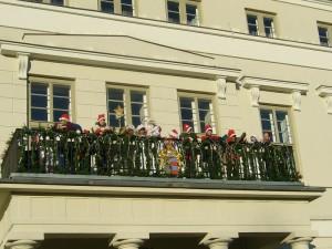 Vom Balkon des wismarer Rathauses verkündete er den Beginn der Vorweihnachtszeit, eröffnete den Weihnachtsmarkt auf einen der größten Marktplätze des Nordens und ließ durch seine Weihnachtsengel noch allerlei leckeres und süßes für unsewre Kleinsten vom Himmel regnen.