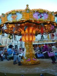 Nicht nur für unsere Kleinen war dieser wunderschöne Wintertag im Herbst ein märchenhaftes Erlebnis. Außer einigen Kinderkarussels reihen sich hier hauptsächlich weihnachtliche Buden und Stände aneinander, wie es sich für einen zünftigen Weihnachtsmarkt gehört.