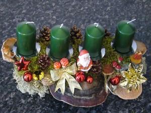 Gut 40,00 cm langes 4er Gesteck mit grünen Kerzen und Rotrandigen Baumschwämmen sowie Weihnachtsdekoration zu 12,50 €