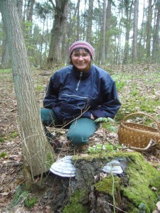 Diese junge Dame freut sich über diese mit der Sporenproducktion beschäftigten Echten Zunderschwämmen (Fomes fomentarius).