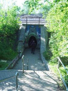 Der Eiertunnel am 30.04.2011. Er unterquert eine mehrgleisige Bahnstrecke.