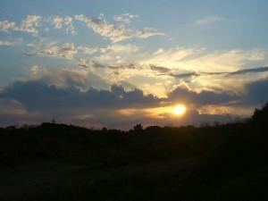Unruhiger, vorgewittriger Himmel kurz vor Sonnenuntergang am 10.05.2011. Diese, etwas chaotisch anmutenden Wolken dueten auf hohe Labilität in der Atmosphäre hin. Neben hohen Schleierwolken (Cirrus) sehen wir hier die beiden vorgewittrigen Wolken Altocumuls floccus und castellanus. Letztere wirken aus einer Schichtwolke herausragende, mit ihren kleinen Quellungen wie Zinnen einer Burg.