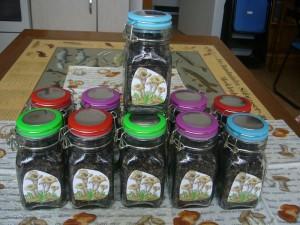 """Ich habe heute die letzten getrockneten Herbstrompeten aus dem Vorjahr in Gläser zum Verkauf gefüllt. Der Verkauf von getrockneten Pilzen im klein Stil hilft auch ein wenig, um den """"Steinpilz"""" für Wismar zu erhaltern."""