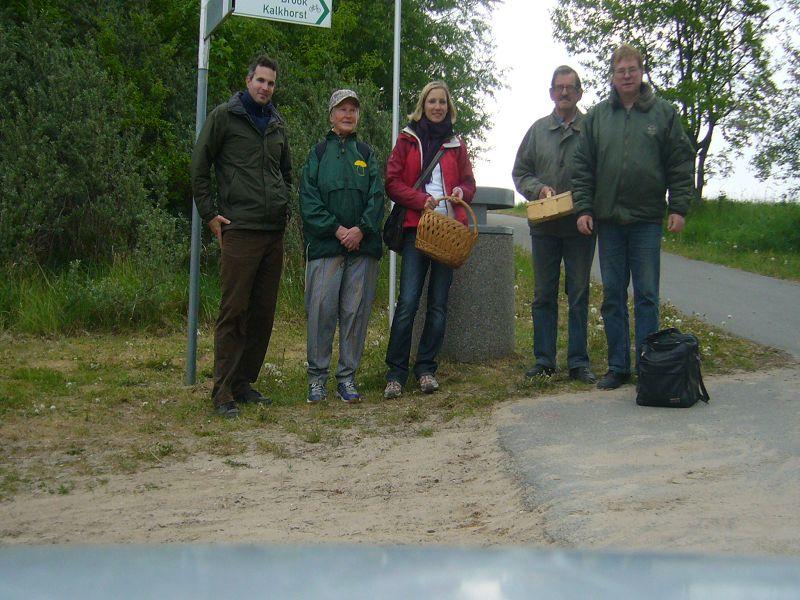 """Gleich zu Beginn der heutigen Tour enstand unser """"kleines"""" Gruppenfoto von 5 Leuten, die sich trotz der Trockenheit trauten in die Pilze zu gehen. 14.05.2011."""