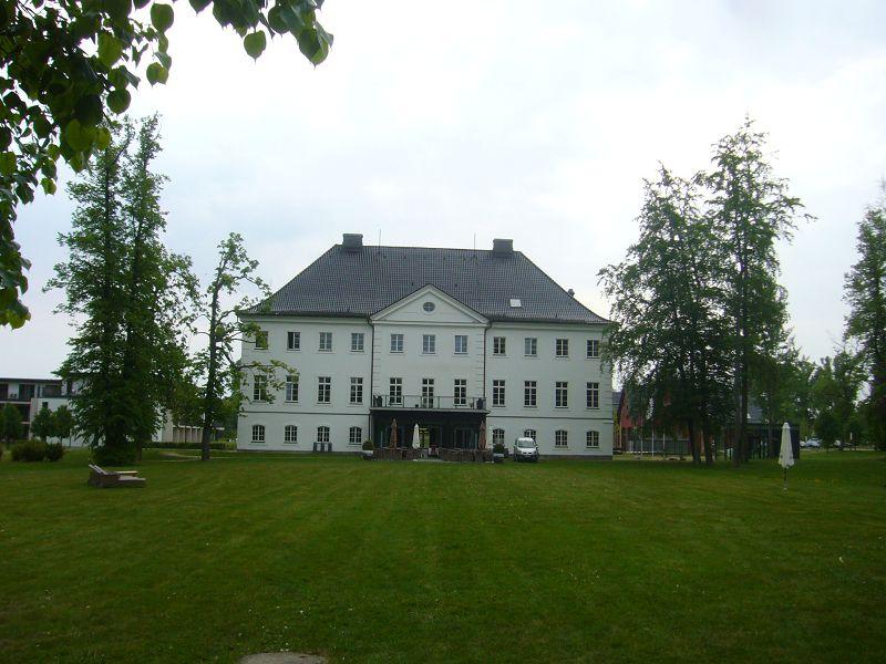 Das Herrenhaus auf dem Schloßgut Gross Schwansee. Es wurde im 18. Jahrhundert im barocken Stil erichtet