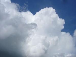 Mächtig quillt die Königin aller Wolken, die Cumulunimbus - Woklke in die Höhe und ereicht in wenigen Minuten mit der Ausbildung des sogenannten Amboss das Reifestadium einer Gewitterwolke. 15.05.2011.