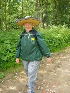 Mit ihrem Sombrero - Hut war Pilzfreundin Helga Köster heute für eine Pilzwanderung besonders originel gekleidet. Er hatte aber eine praktische und gesundheitliche Schutzfunktion vor zu starker Sonneneinstrahlung, die heute aber nur häppchenweise zwischen den Wolken hervorschien.