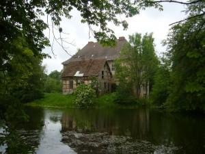 Unsere Exkursion endete am Wasserschloß in Gnemern. Es wurde im 13. Jahrhundert errichtet und im laufe der Zeit von den jeweiligen Eigentümern baulich strakr verändert. In den letzten Jahrzehnten verfiel es zusehends. Seit kurzer Zeit wird es wieder von einem neuen Eigentümer mit bescheidenen Mitteln vom weiteren Verfall bewahrt.