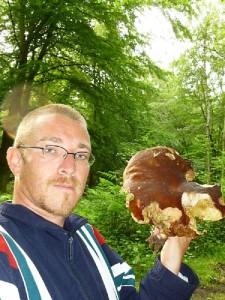 Dieses Bild zeigt Andreas Okrent mit einem großen, ausgewachsen Steinpilz, den er gestern bei Graal - Müritz fand. Es ist Echter Steinpilz (Boletus edulis). Foto: A. Okrent.